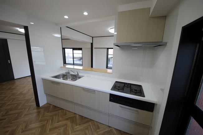 対面キッチンは幅広で便利!勝手口と2面窓で明るさバッチリ!