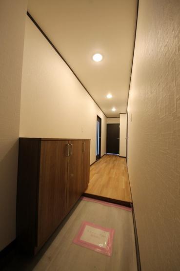 玄関は、広さを感じられるようにシューズボックスをあえて小さめにしています 追加で棚をとりつけたりするのもいいですね!