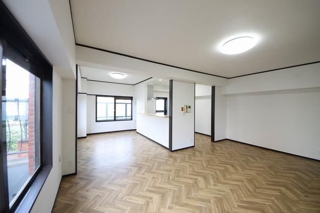 広さ80平米の贅沢空間を2LDKにリノベーション! 南西角部屋なので、22帖のLDKも各居室も光たっぷりです