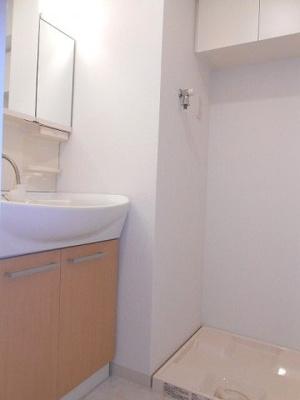 ラクラス新御徒町の三面鏡付ハンドシャワー付独立洗面室です