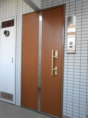 ラクラス新御徒町の玄関に姿見鏡付で、ダブルロックセキュリティです