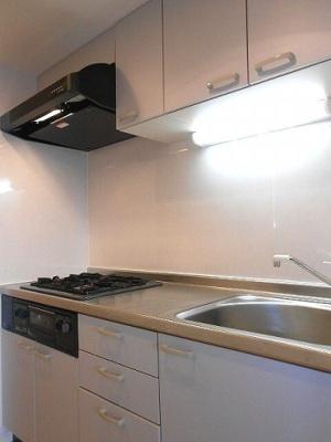 ラクラス新御徒町のキッチンです、グリル付きガス3口システムキッチンです