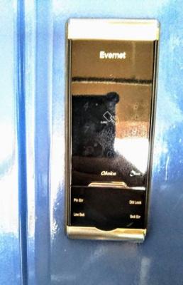 玄関ドアは電子キーとなります。
