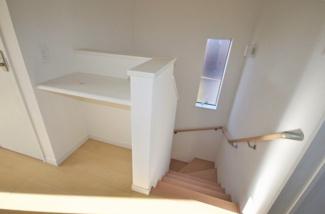 2号棟 現地(2019年10月)撮影 2階上がったところ共有部分。スペース有効活用で収納など。