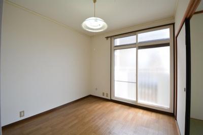 スタンダードな洋室です。テレビ差込があります。