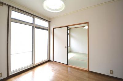 落ち着いた色調の洋室です。居間にもつかえます。窓の高さ2.15m。日当たり良好