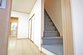 リビング階段で2階にあがれます。階段下も収納があります。