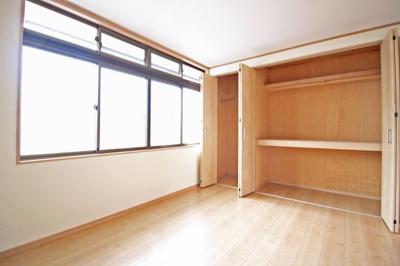 《洋室6帖》こちらのお部屋の窓も4枚あり明るく、外にはベランダがあります。