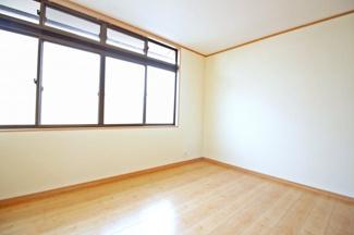 《洋室6帖》南側には4枚の窓があり陽当り・通風は良好ですね。