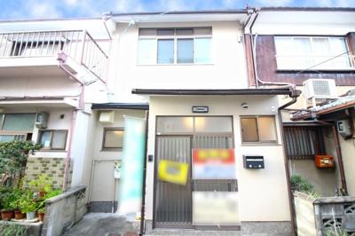 京阪『淀駅』から徒歩7分と最寄り駅が近くて便利な立地。スーパー・コンビニや金融機関も点在する暮らしやすい環境です。