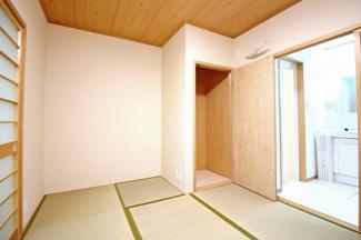 LDKの続きにあるので《居間》としてお使い頂けます。畳なので寒い季節はコタツでまったりできますね。