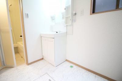 《洗面脱衣所》は広くて便利です。勝手口もあります。