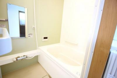 《追炊き機能》のあるお風呂は、ご家族の入浴時間がバラバラでもいつでも温かいお風呂に浸かれます。