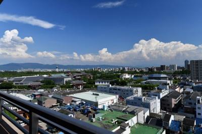 上層階のバルコニーからみる眺望は見晴らしが良く天気の良い日は生駒山がきれいにみえますね♪