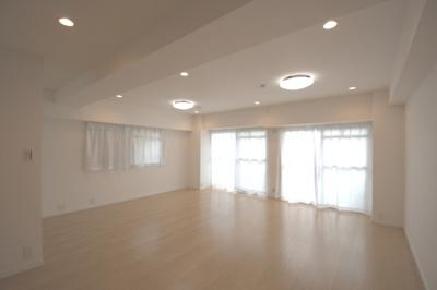 南向き!全居室に窓があり採光良好です。 段差に腰かけてくつろげる小上り有り。開放感のあるリビングは20帖♪