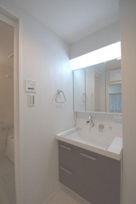 三面鏡付洗面化粧台です。 十分な大きさの洗面台は収納豊富で、身だしなみチェックや歯磨きなど、朝の慌ただしい時間でも大活躍です。
