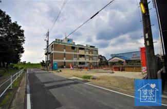 3号棟 現地(2019年8月)撮影 前面道路は東側幅員約7.98~7.99m。 開口広々約6.17m。