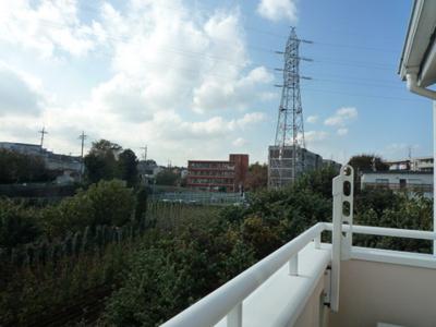 2階・バルコニーからの眺望です♪周りに視界を遮る建物がないので景色がよく見渡せます!