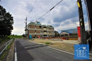4号棟 現地(2019年8月)撮影 前面道路は東側幅員約7.98~7.99m。 開口広々約6.00m。
