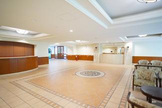 広く清潔感のあるエントランスホールです。休憩場もあります。