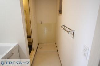 洗面室に洗濯機スペースもあります。
