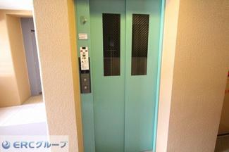 エレベーターが1基ございます。