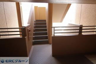 玄関出たところすぐの階段です。