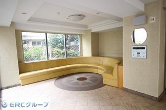 1階のエントランスには長めのソファーのお待ち合わせのスペースがございます。