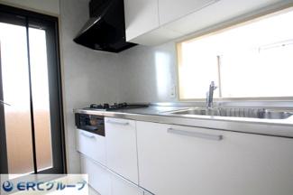 コンロ横に勝手口付きで明るく広々とした対面式キッチンです。