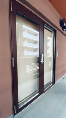 お部屋の玄関ドアは、オシャレなガラス張りです!ロールスクリーン付きなので、開け閉めで雰囲気が変わりますね!