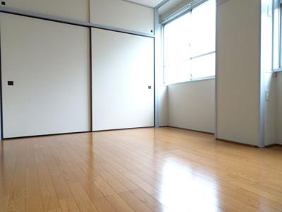 遠藤ビル 洋室8帖(窓側から)