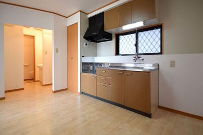 窓があって明るいキッチン、スペースも広々です