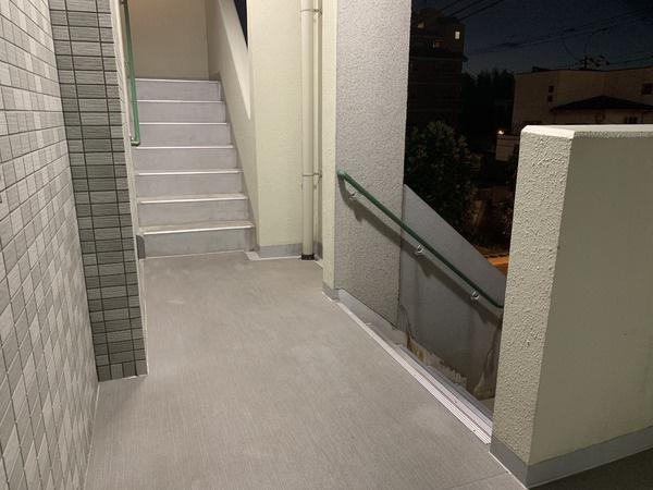 所在階は2階です。 非常階段に最も近く、なおかつ道路からワンフロア上がっていますので、走行音も軽減されています。
