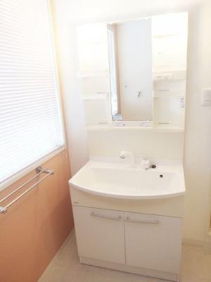 大きな窓のついた明るい洗面所