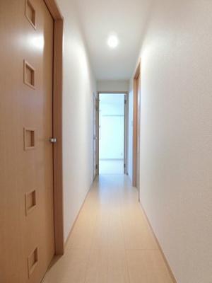 玄関から室内への景観です!廊下と各居室の間には扉があるので冷暖房効率がいいですね♪