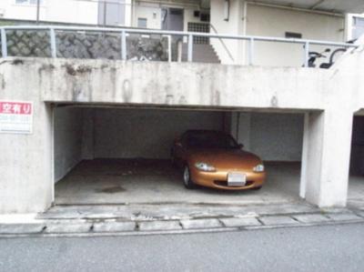 いつでも目の届く敷地内に駐車場があります♪屋内なので、雨の時の乗り降りもらくらく♪