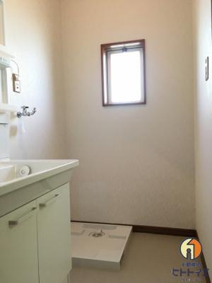 窓付きの明るい洗面所です