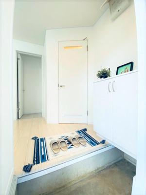玄関から室内への景観です!右手に浴室・洗面所、入ってすぐに11.2帖のリビングダイニングキッチンがあります☆