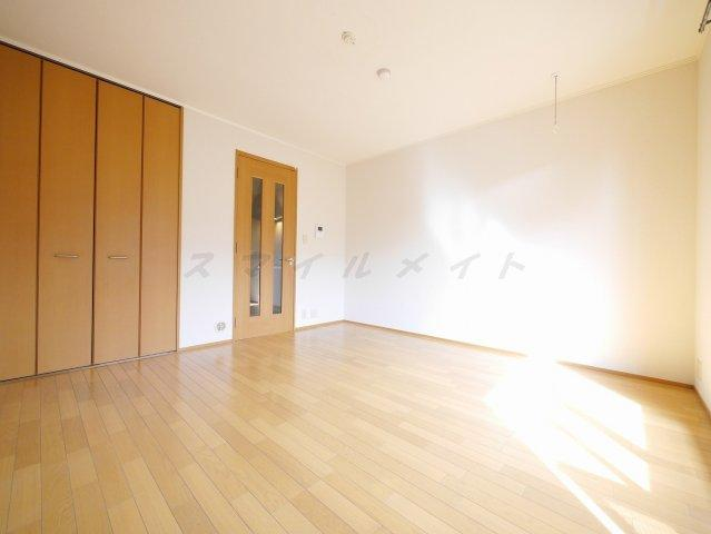 1階部分でも日が差し込み明るいお部屋となっております。
