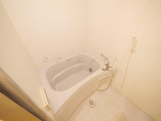 ゆったり目な浴槽の清潔感あるバスルーム☆