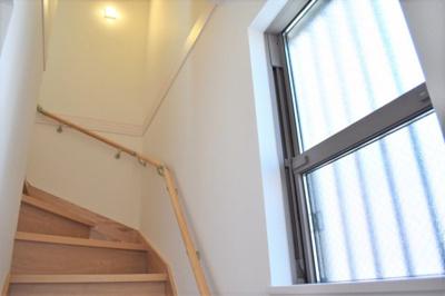 階段。広く設けられた窓からは日光が差し込み、明るく開放的な印象です。 ※同仕様写真