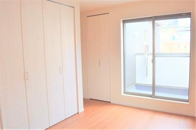 2F洋室 ※同仕様写真 洋室は各部屋にクローゼットが設けられており、収納が非常に充実しております