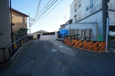 【前面道路含む現地写真】保土ヶ谷区仏向西 新築戸建て