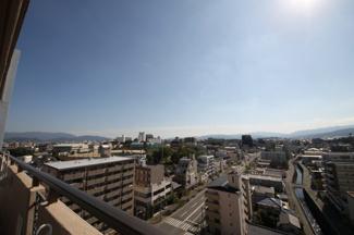 南側バルコニーより南方面を望みます。この眺望、陽当たり、開放感はぜひ現地でご確認ください。