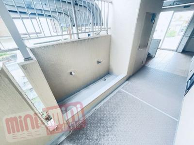 こちらは共用廊下の洗い場です。