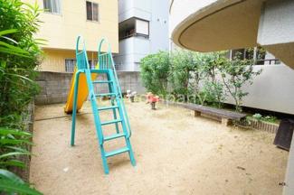 マンション敷地内に遊び場あり。マンション前には「平野公園」があります。