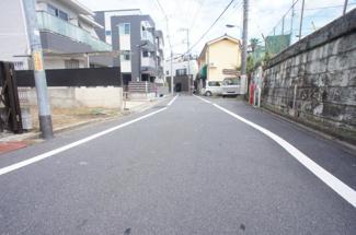 【前面道路含む現地写真】新宿区高田馬場3丁目 建築条件なし土地