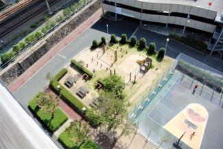 バルコニーから中公園を眺めることができます。