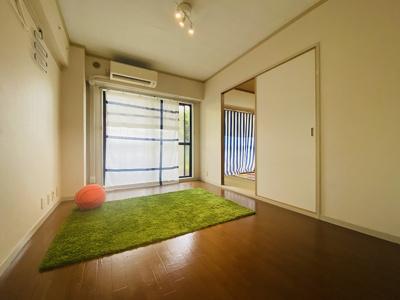 バルコニーに繋がる南東向き洋室6帖のお部屋です!エアコン付きで1年中快適に過ごせますね☆