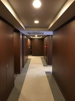 【共用部分】お部屋前の廊下は、ダークブラウンで統一され温かみのあるデザインとなっています。